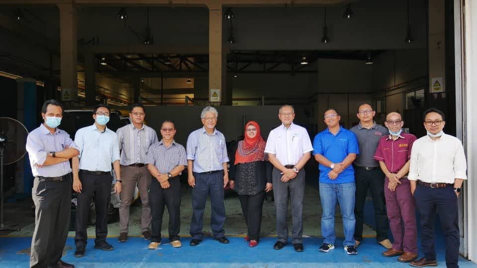 UTM researchers with CEO Malaysian Green Technology & Climate Change Centre and delegates
